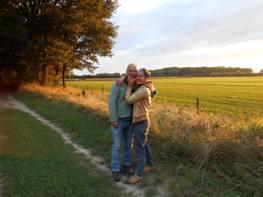Jackie en Simon tijdens wandeling Exaten Beegderheide achter vakantiehuisje Op Kapittelsbos